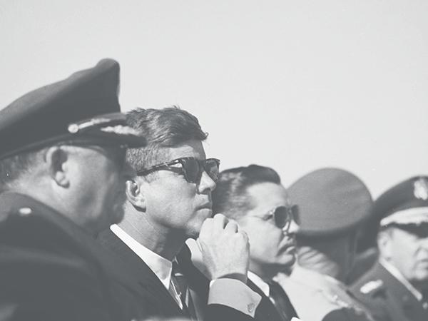 1961年にノースカロライナ州フォートブラッグを訪れたジョン・F・ケネディ。SARATOGA(サラトガ)を着用。