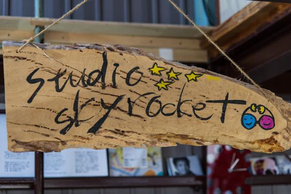 工房に掲げられていた「Studio Skyrocket(スタジオスカイロケット)」と書かれた木製のプレート。 【クリックして拡大】