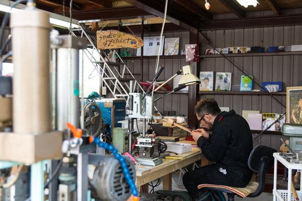 ガレージを改造した工房でメガネ作りに励む丹下氏。 【クリックして拡大】
