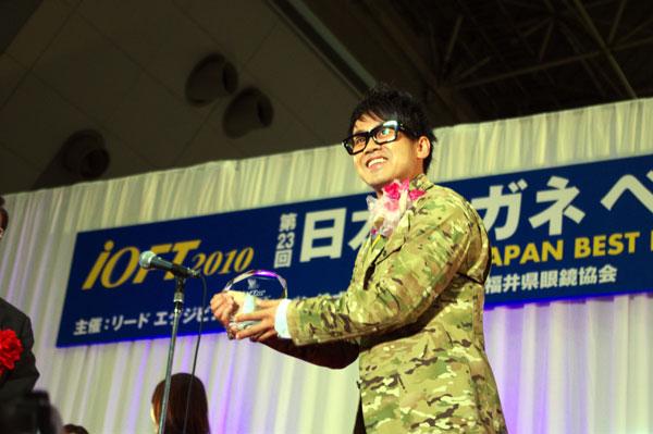 受賞のトロフィーを手によろこびを表す宮川大輔さん。