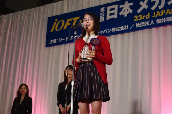 受賞のよろこびを笑顔で語る川島海荷さん。