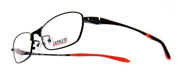 眼鏡市場 i-ATHLETE(アイ・アスリート) IA-401(スクエアタイプ)。カラー:BKM(写真)、BLU、BR。価格:18,900円(レンズ込み)。