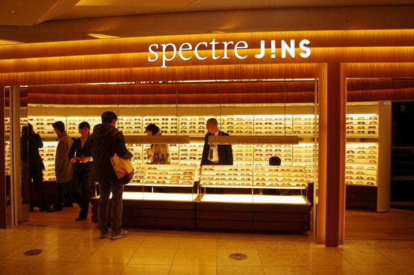 spectre JINS(スペクトル ジンズ)六本木ヒルズ店。価格以上の高級感にあふれるショップとなっている。