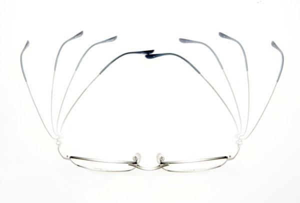眼鏡市場の新作メガネ ZEROGRA(ゼログラ)。素材の特性を生かした、軽くて頭を包み込むような掛け心地が魅力。