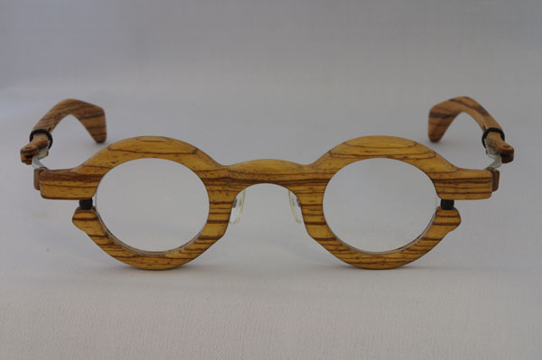 木製メガネ CRAD(クラッド) ふちありタイプ。希望小売価格:250,000円。