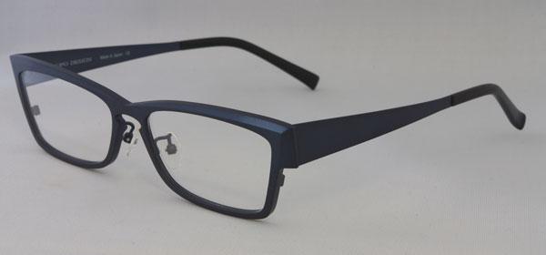 PROPO DESIGN(プロポ デザイン) 2011春夏新作メガネ MP-11 カラー:04。セル(プラスチック)フレームの定番であるウェリントンタイプをメタル素材で表現。ネイビーカラーをあえてマット仕上げにしたのがカッコいい。