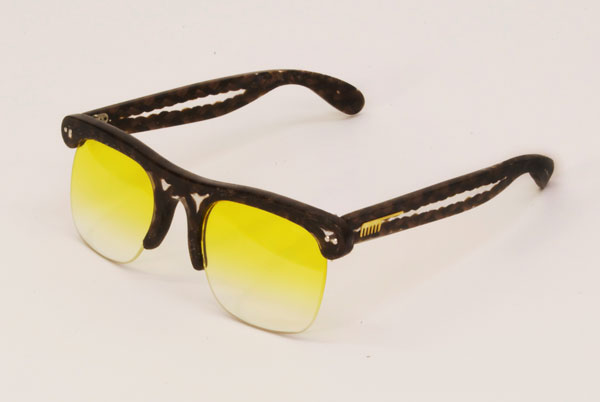 (写真2)Hair Glasses「brow」 by STUDIO SWINE。今注目のブロー(サーモント)風デザイン。イエローのレンズもいい感じ。