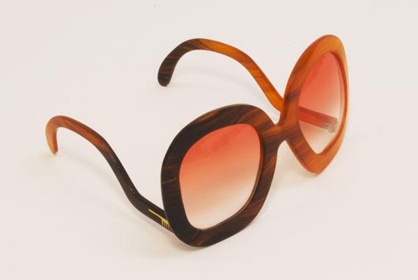 (写真4)Hair Glasses「lowarm」 by STUDIO SWINE。「lowarm」の名の通り、テンプル(つる)がレンズの下についているデザイン(アンダーテンプルとも呼ばれる)が特徴。