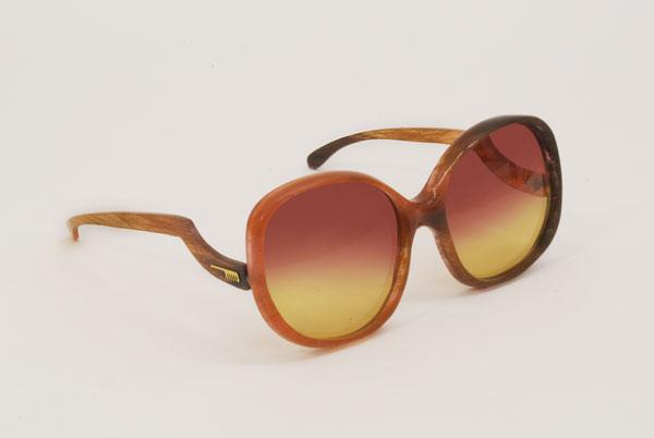 (写真5)Hair Glasses「pinklady」 by STUDIO SWINE。テンプル(つる)のカタチも印象的。