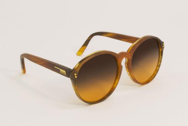 (写真6)Hair Glasses「reading1」 by STUDIO SWINE。左右のレンズをつなぐブリッジが、クラシカルなメガネのモチーフのひとつである、鍵穴のようなカタチの「キーホール・ブリッジ」になっている。