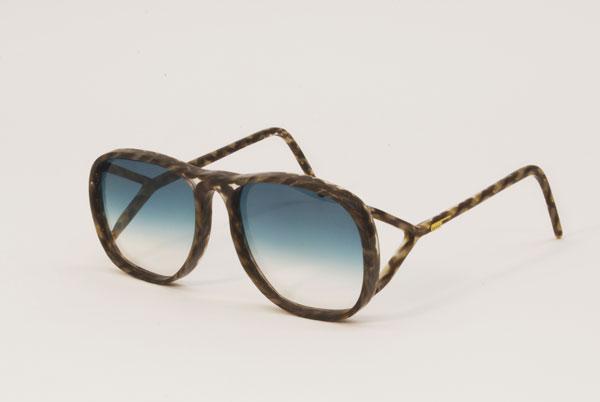 (写真8)Hair Glasses「sporty」 by STUDIO SWINE。アビエーター風のデザインと、二股になったテンプル(つる)の組み合わせが新鮮。
