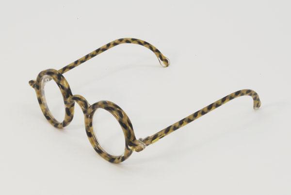 (写真9)Hair Glasses「dsc_0231」 by STUDIO SWINE。レトロな丸メガネに仕上がっている。
