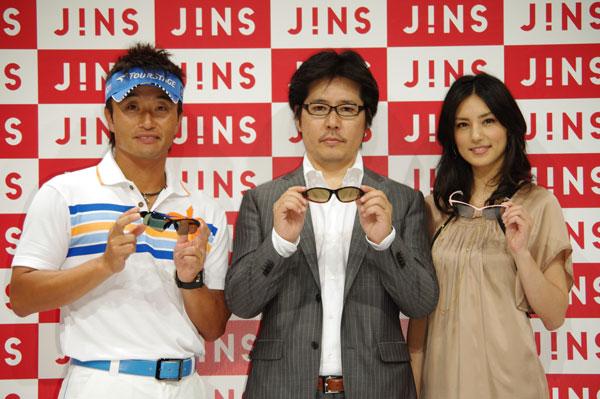 【写真1】(左より)プロゴルファー 宮本勝昌氏、JINS(ジンズ)を運営するジェイアイエヌの社長 田中 仁氏、ファッションモデル相沢紗世さん。相沢紗世さんは、JINS Golf(ジンズゴルフ)とともに発表されたランニング専用サングラス JINS Run(ジンズラン)のデザインを監修。