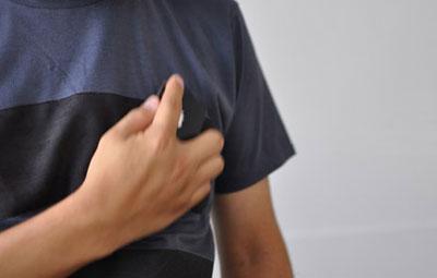 (写真2)wipe T shirt の top でケータイを拭いている様子。