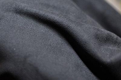 (写真4)wipe T shirt に使われているマイクロファイバーの質感はベロアに近い感じだという。