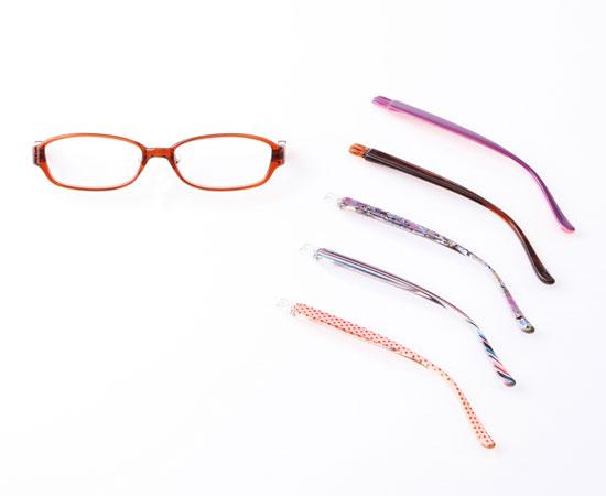 (写真1)JINS 着せ替えメガネ「チェンジ}。クリアブラウンのフロントに5種類の着せ替えテンプル(つる)がセットになっている。