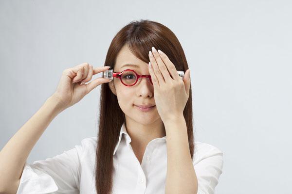 (写真2)adlens P.O.V.(アドレンズ ピーオーヴィー)の度数を合わせるには、まずは手で左目を覆ってダイヤルを回す。image by Adlens