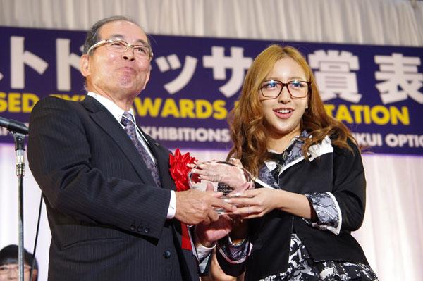 「AKBメガネ選抜」を代表してトロフィーを受け取った板野友美さん。