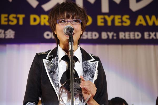「AKBメガネ選抜」を代表してスピーチする宮澤佐江さん。image by GLAFAS