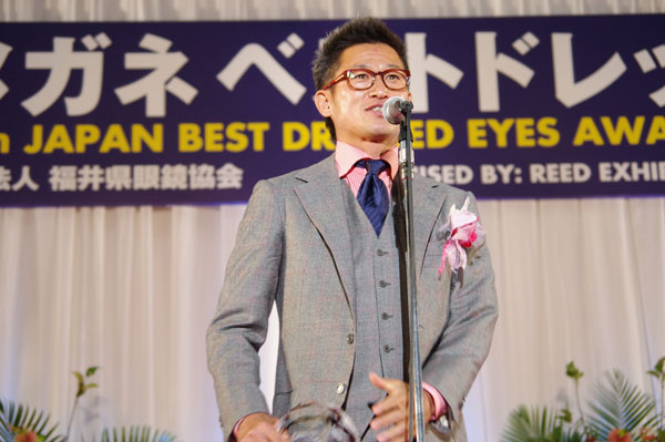 第24回 日本 メガネ ベストドレッサー賞で受賞のよろこびを語る三浦知良氏。