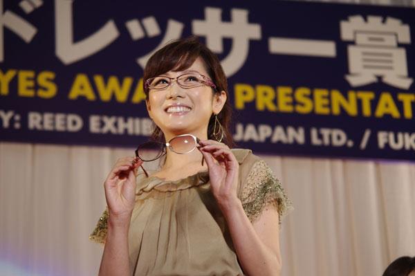受賞の記念にプレゼントされたメガネを手にする高島 彩さん。image by GLAFAS