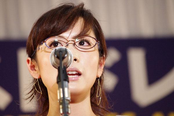 (写真3)表彰式でスピーチする高島 彩さん。image by GLAFAS
