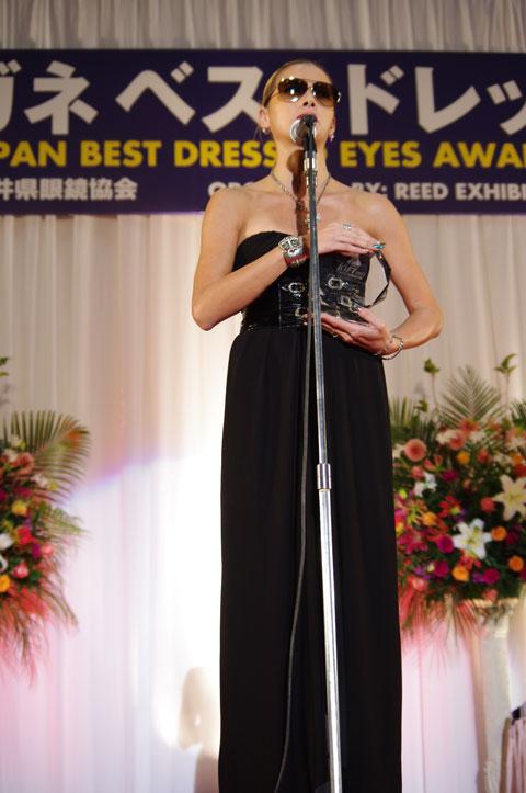 黒のロングドレスで授賞式に臨んだ土屋アンナさん。image by GLAFAS
