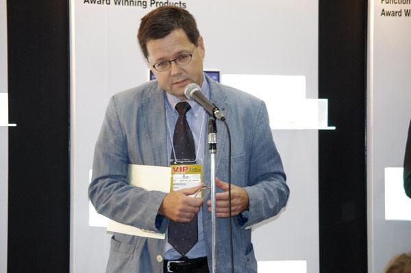 MONOQOOL(モノクール)のオーナーであるニールス・ワトフト氏は流ちょうな日本語でスピーチ。image by GLAFAS