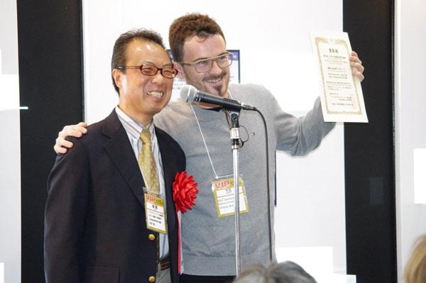 表彰状を手に笑顔を見せる ROLF - Roland Wolf KG のマーケティング・ディレクターのクリスチャン・ウルフ氏(写真右)。image by GLAFAS