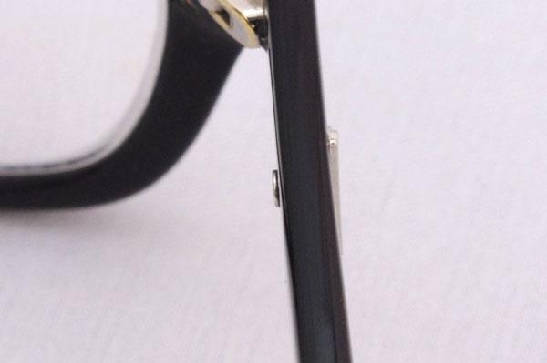(写真2)交換してもらったフレームは、ロゴを留めるネジがきちんと奥まで締まっている。