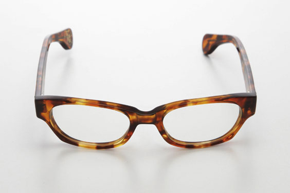 (写真6)piaupiau(ピュピュ) Francoise カラー:tortoise(ブラウン)。価格:29,400円。