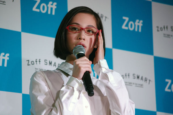 (写真9)水原希子さんは目がいいので、メガネはおしゃれとして楽しんでいるという。【クリックして拡大】
