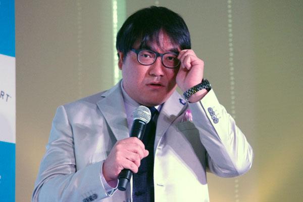 (写真10)水原希子さんは目がいいので、メガネはおしゃれとして楽しんでいるという。【クリックして拡大】