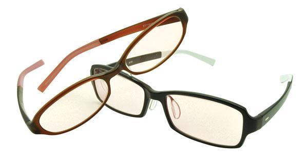 (写真6)Zoff PC を装着したメガネ。レンズのカラーはブラウン系。image by インターメスティック 【クリックして拡大】