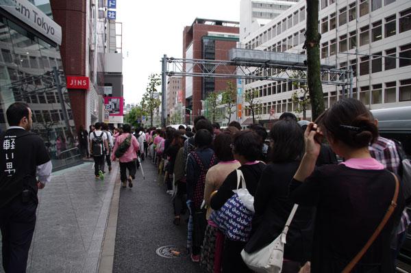 (写真3)2010年9月に JINS 原宿店でおこなわれた Air frame(エア・フレーム)の無料サンプリングでは、早朝より1,000人もの人々が詰めかけた。