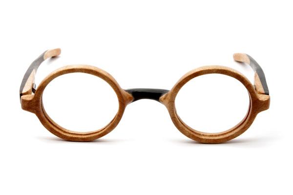 (写真1)東京・西荻窪のメガネ店 glass工房602の木製丸メガネ。 クルミと黒檀を貼り合わせてあり、表情豊かな仕上がり。【クリックして拡大】