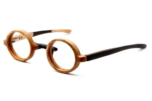 (写真2)東京・西荻窪のメガネ店 glass工房602の木製丸メガネ。 テンプル(つる)の表側に配された黒檀の色が、横顔を引き締めてくれる。【クリックして拡大】