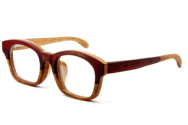 (写真9)東京・西荻窪のメガネ店 glass工房602の木製ウェリントンメガネ。 見る角度によって異なる表情を見せてくれるのもうれしい。【クリックして拡大】