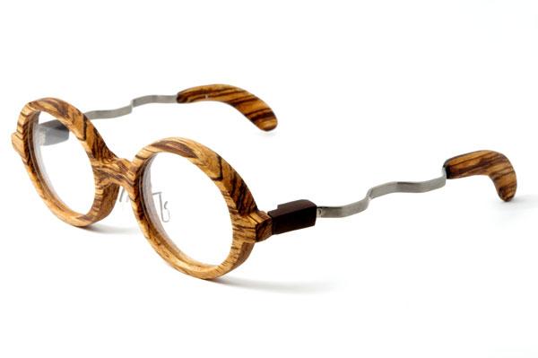 (写真4)東京・西荻窪のメガネ店 glass工房602の木製丸メガネ。 波打ったようなデザインのテンプル(つる)も印象的。【クリックして拡大】