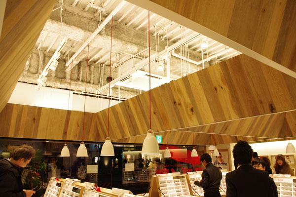 (写真1)JINS(ジンズ)原宿店は木目を基調としたインテリアと、間接照明が印象的。image by GLAFAS 【クリックして拡大】