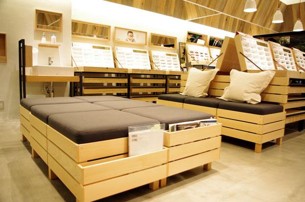 (写真2)JINS(ジンズ)原宿店にはソファも設けられている。image by GLAFAS 【クリックして拡大】