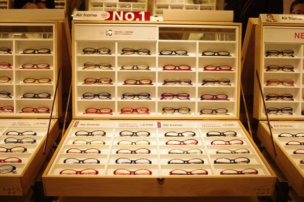(写真4)JINS(ジンズ)原宿店では、「マス目什器」を木製の箱の中に収めている。image by GLAFAS 【クリックして拡大】