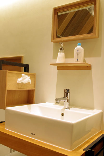 (写真10)コンタクトレンズをつけたり外したりする際の洗面台もある。image by GLAFAS 【クリックして拡大】