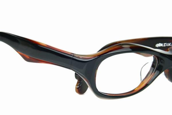 (写真2)Qbrick(キューブリック)BTY4202 カラー:2Face Tartoiseshell。希望小売価格:23,000円。image by QBRICK 斜めから見ると、まるでふたつのメガネを掛けているように見えるデザインが印象的