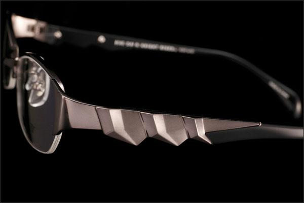 (写真3)BATMAN コラボレーションフレーム DK01 のテンプル(つる)は、BATMAN(バットマン)の鋭いカギツメの腕をイメージ。