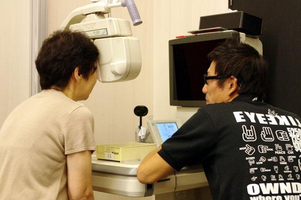 (写真11)OWNDAYS(オンデーズ)池袋西口店での視力検査(検眼)の様子。 image by GLAFAS【クリックして拡大】