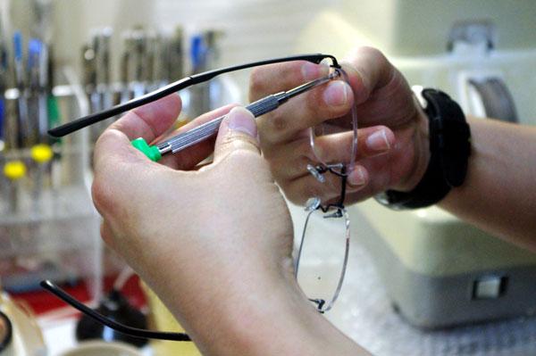 (写真12)OWNDAYS(オンデーズ)では、ふちなしメガネも自社で加工し販売しているが、この価格帯では異例のこと。 image by GLAFAS【クリックして拡大】