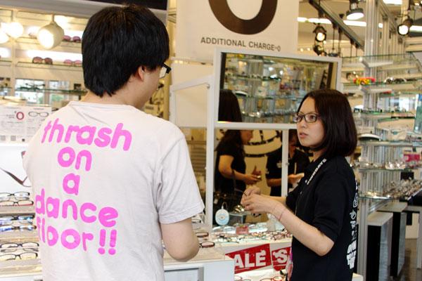 (写真8)OWNDAYS(オンデーズ)池袋西口店はスッと懐に入り込む「フランク」な接客が魅力。 image by GLAFAS【クリックして拡大】