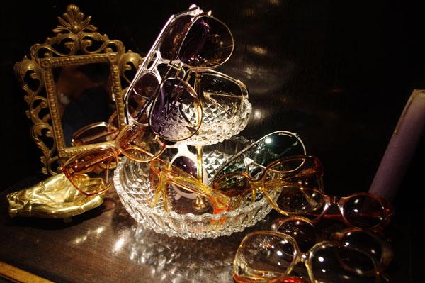 (写真4)SOLAKZADE(ソラックザーデ)のコレクションより。 メガネやサングラスもさることながら、ディスプレイも印象的【クリックして拡大】