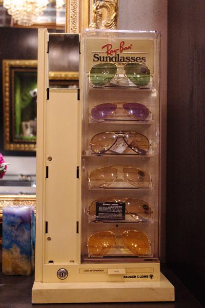 (写真7)SOLAKZADE(ソラックザーデ)のコレクションより。 Ray-Ban(レイバン)のサングラス。ディスプレイには1999年まで製造していた Bausch & Lomb(ボシュロム)社のロゴも。【クリックして拡大】
